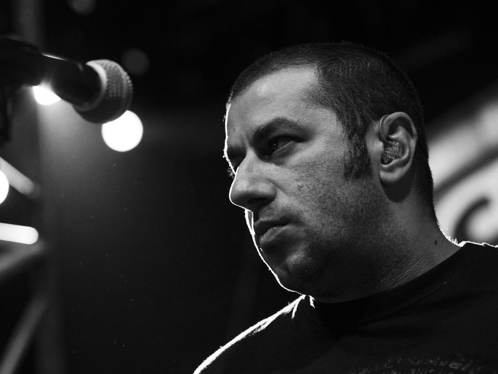 11.jul.2013 - O vocalista da banda, Badauí, durante a gravação