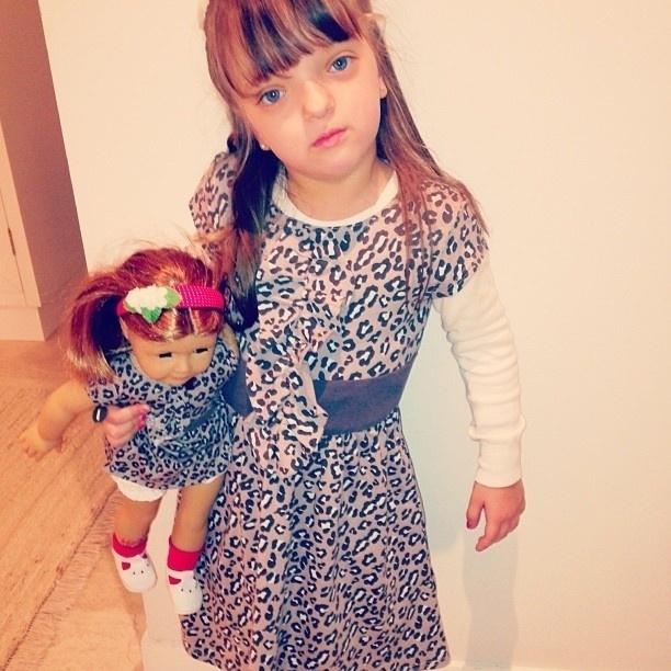 11.jul.2013 - Ticiane mostra foto da filha com a roupa igual a da boneca