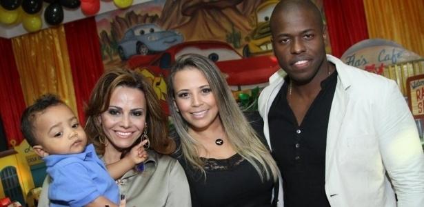 11.jul.2013 - Viviane Araújo na festa de comemoração do 1º aniversário de seu sobrinho Vitor, na companhia de seus pais Daniele e Diego. O evento aconteceu em um buffet na Barra da Tijuca, Rio de Janeiro