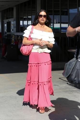 8.jul.2013 - Com um visual à lá cigana, Catherine Zeta-Jones passeia pelas ruas de Los Angeles