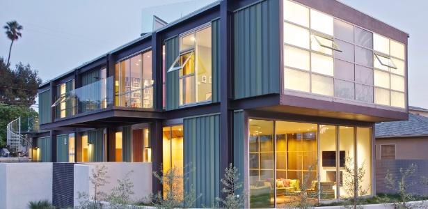 Da rua, a casa da família Measer, em Los Angeles, se assemelha a dois containers empilhados - Ethan Pines/ The New York Times