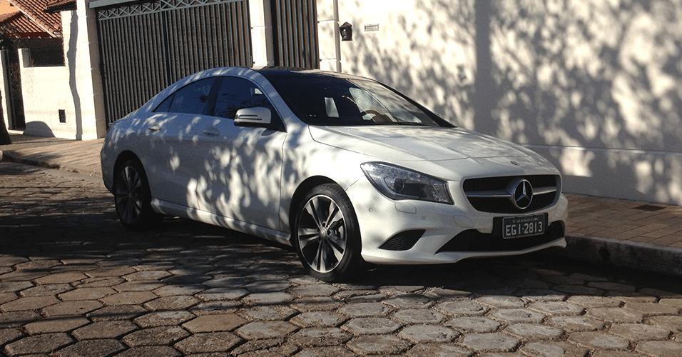 Mercedes-Benz CLA de teste aparece em rua de Itajubá (MG); sedã chega ao Brasil entre outubro e dezembro e deve custar mais caro que o Classe C de entrada