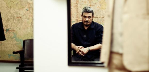 O estilista João Pimenta em seu ateliê em São Paulo, de onde passou a vender suas criações desde o fechamento da loja - Haroldo Saboia/UOL