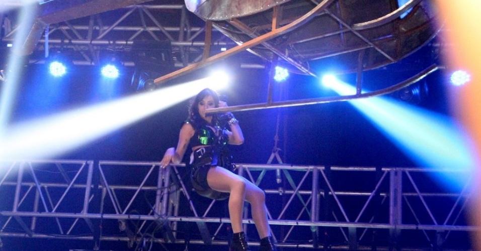 """11.jul.2013 - Anitta, do hit """"Show das Poderosas"""", usou um top verde metalizado, short e botas no show de São Gonçalo. A cantora desceu ao palco da casa noturna de um helicóptero"""