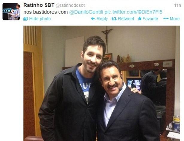 11.jul.2013 - Ratinho posa com Rafinha Bastos nos bastidores do