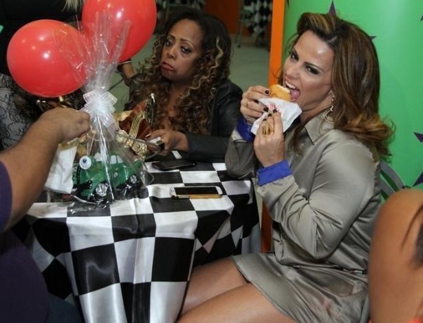 11.jul.2013 - Viviane Araújo faz pose ao comer uma coxinha na festa de aniversário de um ano de seu sobrinho Vitor, em um bufê na Barra da Tijuca, no Rio de Janeiro