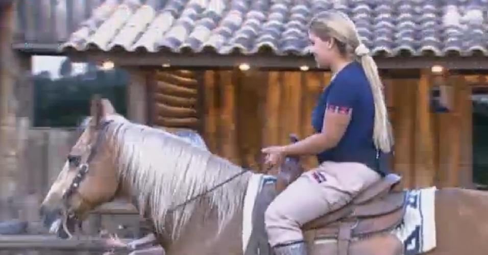 12.jul.2013 - Bárbara Evans ajuda Mulher Filé a cavalgar