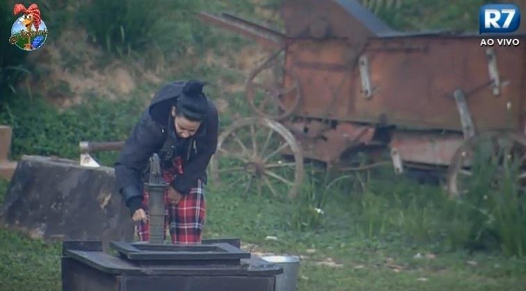 12.jul.2013 - Dançarina Scheila Carvalho tira água do poço na manhã desta sexta-feira