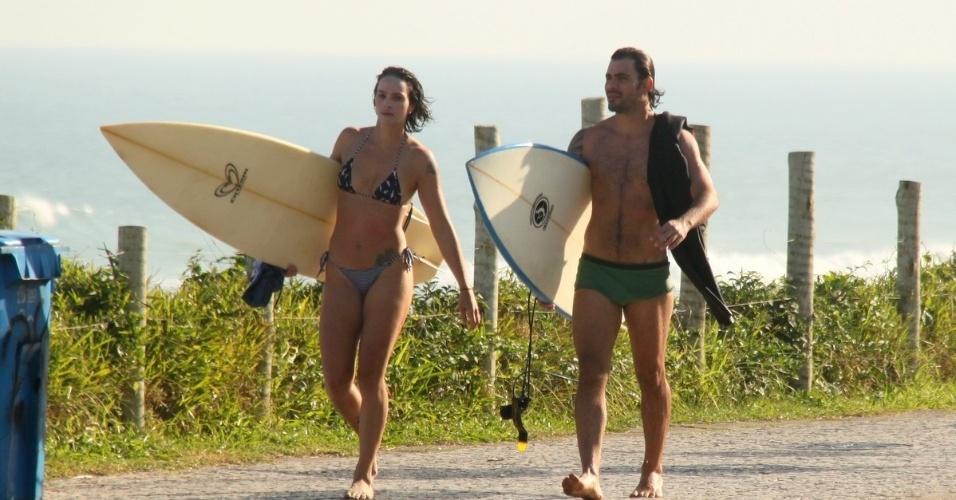 12.jul.2013 - Juliano Cazarré e a mulher, Letícia, aproveitaram a tarde desta sexta (12) para curtir praia na Barra da Tijuca, zona oeste do Rio. O casal é pai dos meninos Vicente e Inácio