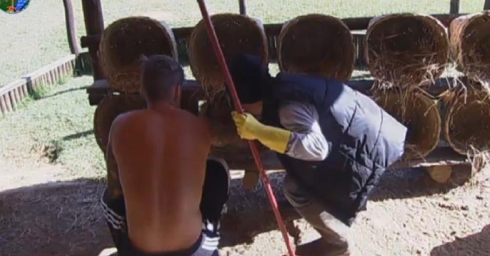 12.jul.2013 - Mateus Verdelho ajuda Yudi a perder o medo de galinhas e pegar os ovos na manhã desta sexta-feira