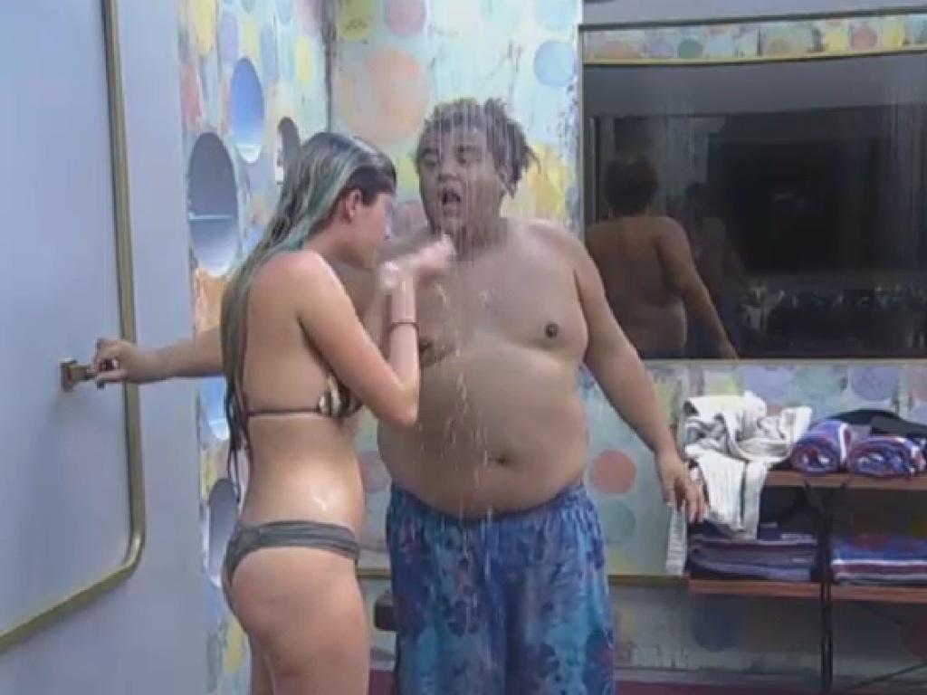 12.jul.2013 - Temendo que a água fosse crotada como punição, Bárbara e Gominho correram para o chuveiro