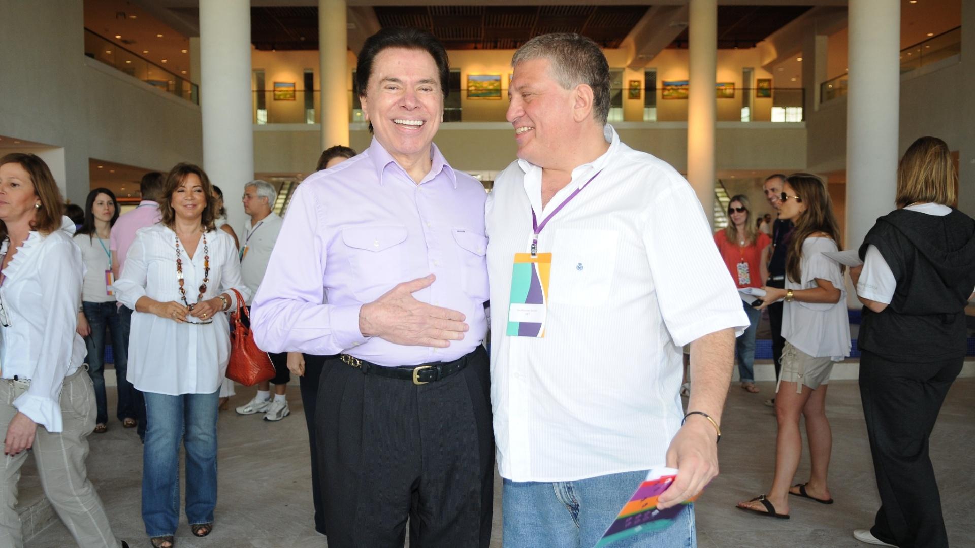 2010 - O empresário e apresentador Silvio Santos (à esq.) abraça seu sobrinho Guilherme Stoliar