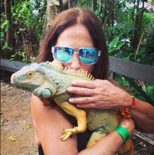 """26.dez.2012 - """"Ele faz pose para foto... Uma graça!   #Jamaica"""", escreve Susana Vieira em seu Instagram ao postar foto com uma iguana no colo"""