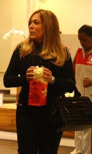 16.mai.2010 - A atriz Susana Vieira compra pipoca antes de entrar em cinema em shopping da zona sul carioca