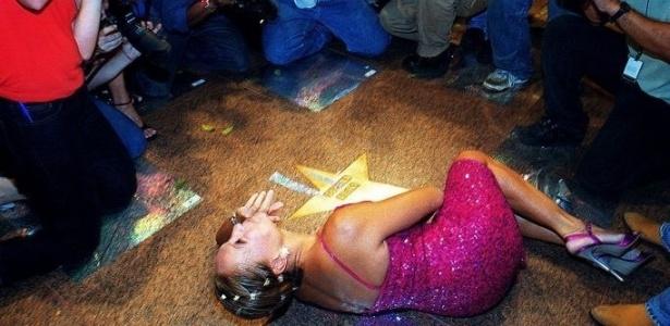 """22.mar.2001 - A atriz Susana Vieira faz pose deitada durante a inauguração da """"Calçada da Fama"""", no teatro Jardel Filho, em São Paulo"""