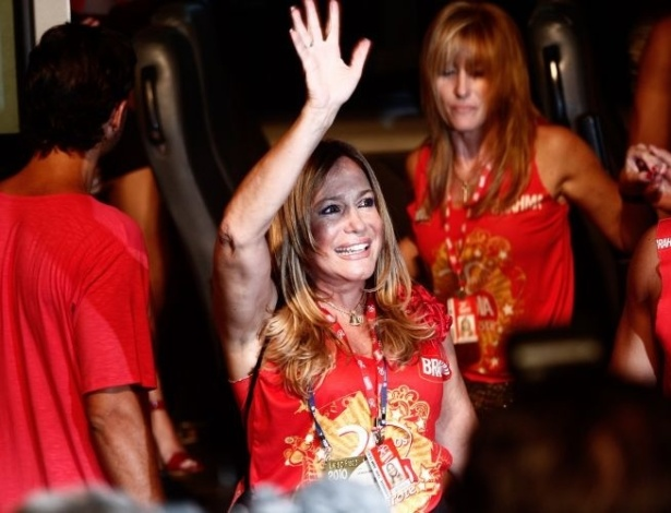 14.fev.2010 - Do camarote de uma cervejaria, a atriz Susana Vieira acena para fãs durante o desfile das escolas de samba na Marquês de Sapucaí, no Rio de Janeiro