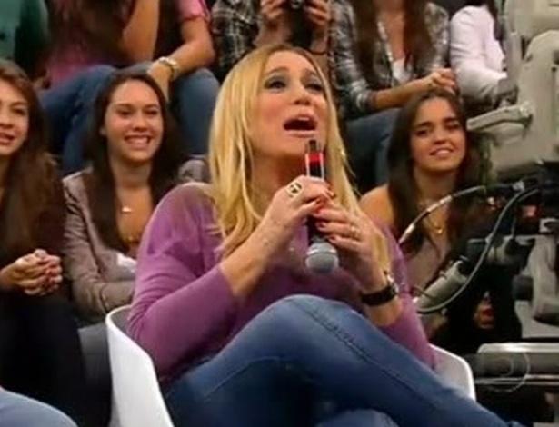 """2011- Durante gravação do programa 'Altas Horas"""", Susana Vieira se confundiu na hora de segurar o microfone e acabou lambendo o objeto"""
