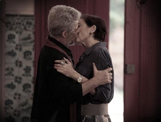 """Em """"Saramandaia"""", Vitória e Zico se beijam na igreja e são flagrados"""