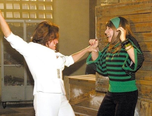 """28.out.2004 - Em """"Senhora do Destino"""", Maria do Carmo (Susana Vieira) dá uma surra em Nazaré (Renata Sorrah)"""