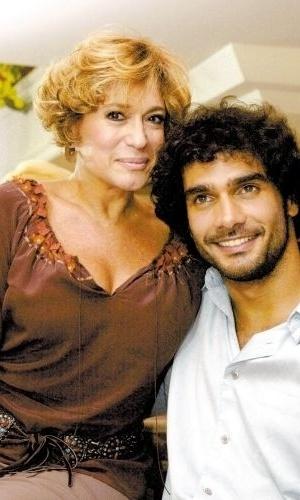 """29.mar.2003 - Os atores Susana Vieira e Rafael Calomeni, que estão no elenco da novela """"Mulheres Apaixonadas"""", posam para foto"""