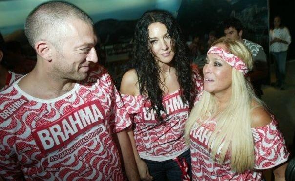3.fev.2008 - Os atores Vincent Cassel, Monica Bellucci e Susana Vieira conversam no camarote da Brahma durante desfile das escolas de samba na Marquês de Sapucaí, no Rio de Janeiro