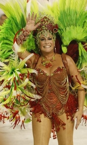 16.fev.2010 - Rainha de bateria da Grande Rio, Susana Vieira acena para os fãs durante o desfile da escola de samba na Marquês de Sapucaí, no Rio de Janeiro