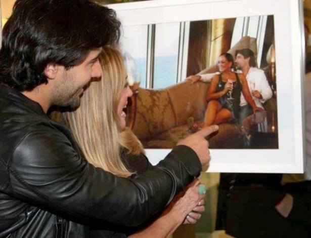 """28.abr.2010 - Sandro Pedroso e Susana Vieira conferem a exposição """"Celebridades em Família"""",no Shopping Vila Olímpia, em São Paulo"""