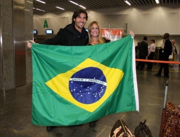7.jun.2010 - Sandro Pedroso e Susana Vieira no Aeroporto Internacional do Rio de Janeiro. O casal embarca para assistir à Copa do Mundo na África do Sul