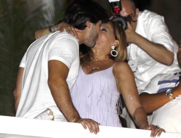 31.dez.2009 - Sandro Pedroso e Susana Vieira trocam beijos apaixonados durante o réveillon do Copacabana Palace em Copacabana, no Rio de Janeiro