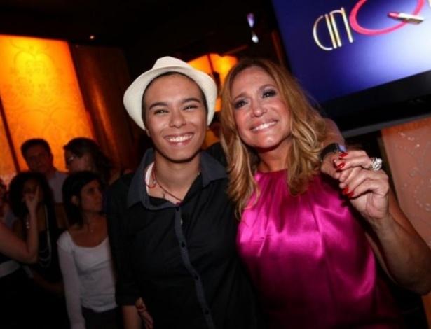 """2011 - Susana Vieira e a cantora Maria Gadú durante festa de lançamento do seriado """"Cinquentinha"""""""