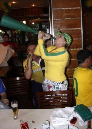 28.jun.2010 - Susana Vieira toca vuvuzela durante o jogo Brasil x Chile na churrascaria Porcão, no Rio de Janeiro