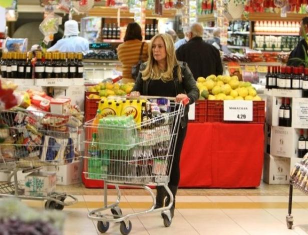 23.jun.2010 - Suzana Vieira faz compras em um mercado na Barra da Tijuca, na zona oeste do Rio