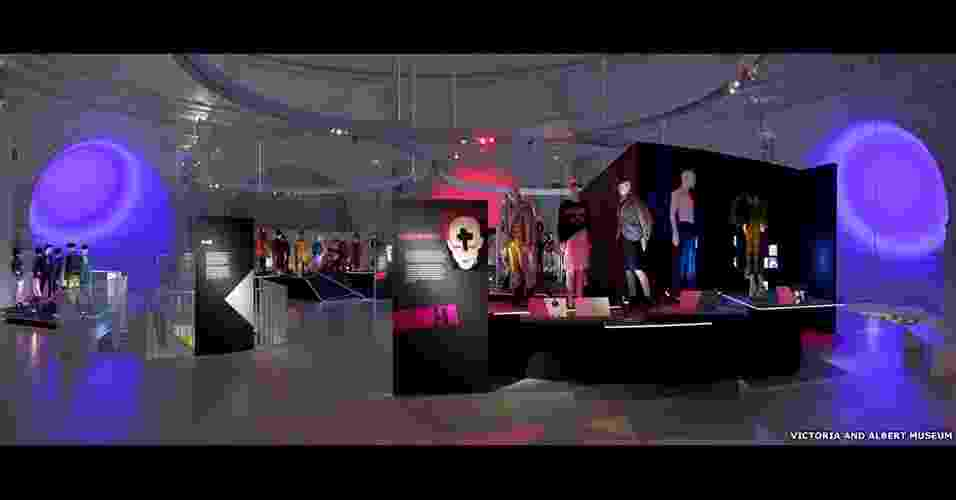 """Uma nova exposição no Victoria and Albert Museum, de Londres, mostra como o estilo dos """"clubbers"""" ? os frequentadores das casas noturnas ? influenciou o mundo da moda nos anos 1980 - BBC"""