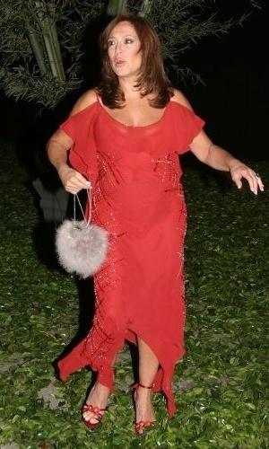 31.out.2004 - Vestida de vermelho, a atriz Susana Vieira foi ao casamento dos apresentadores Angélica e Luciano Huck, na Marina da Glória