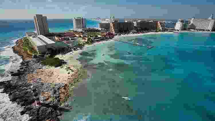 Vista aérea da Zona Hotelera de Cancún, onde o Mar do Caribe divide a paisagem com uma extensa rede de hotéis - Divulgação/Escritório de Visitantes e Convenções de Cancún - Divulgação/Escritório de Visitantes e Convenções de Cancún