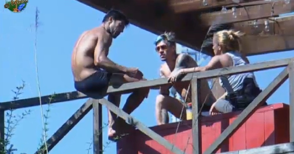13.jul.2013 - Beto Malfacini conversa com Mateus Verdelho e Rita Cadillac sobre o jogo