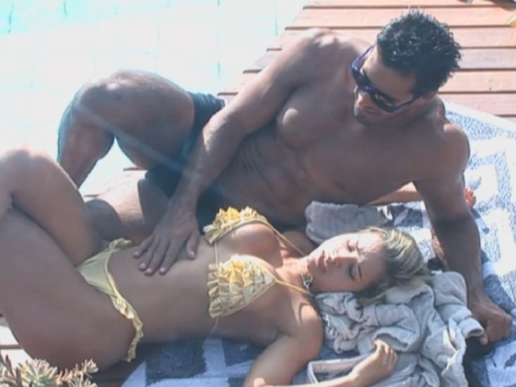 13.jul.2013 - Beto Malfacini e Aryane aproveitam a piscina na tarde deste sábado