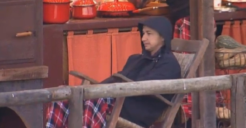 13.jul.2013 - Enquanto aguarda o café, Paulo Nunes relaxa na cadeira de balanço