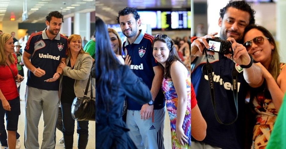 13.jul.2013 - Jogador Fred é tietado no aeroporto Santos Dumont, no Rio de Janeiro, e atende ao pedido das fãs