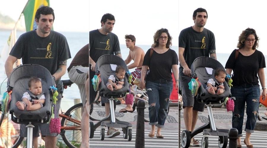 13.jul.2013 - Maria Rita passeou pela orla da praia de Ipanema, zona sul do Rio, acompanhada do namorado, o músico Davi Moraes, e da filha do casal, Alice. A cantora é mãe ainda de Antônio, do relacionamento com Marcus Baldini