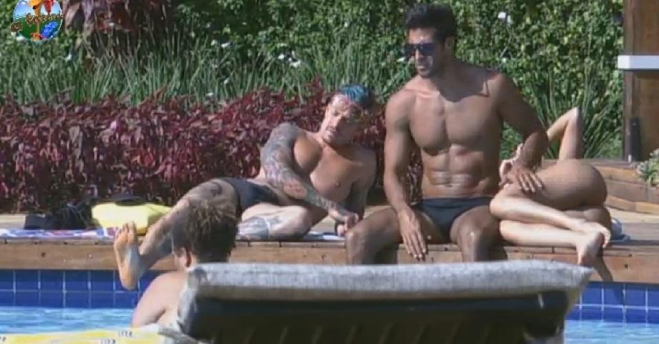 13.jul.2013 - Mateus, Beto, Aryane e Gominho aproveitam a piscina na tarde deste sábado