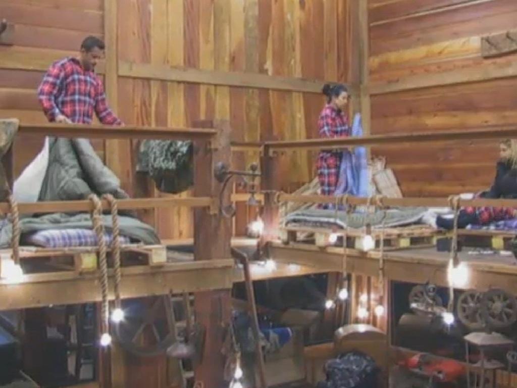 13.jul.2013 - No celeiro, peões da equipe Coelho acordam mais cedo que o restante do grupo
