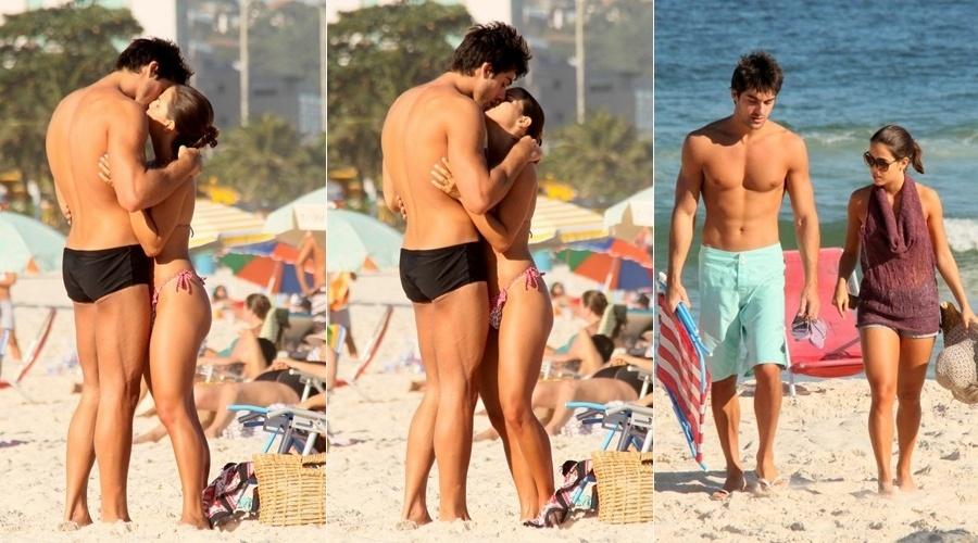 13.jul.2013 - Pérola Faria trocou beijos com o namorado, Maurício Mussalli, na praia da Barra da Tijuca, zona oeste do Rio. A atriz está no ar em