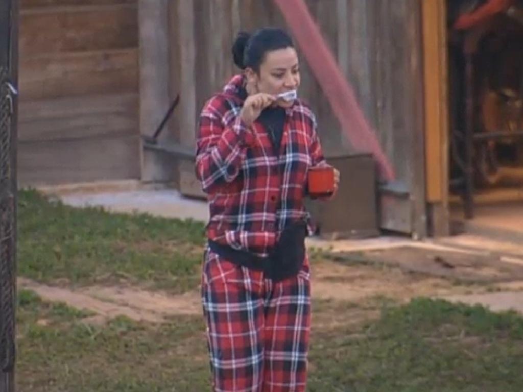 13.jul.2013 - Scheila Carvalho escova os dentes na manhã fria deste sábado
