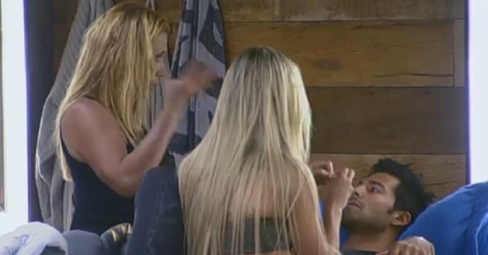 14.jul.2013 - Após briga com Marcos Oliver, Beto recebe atenção de Rita Cadillac e Aryane