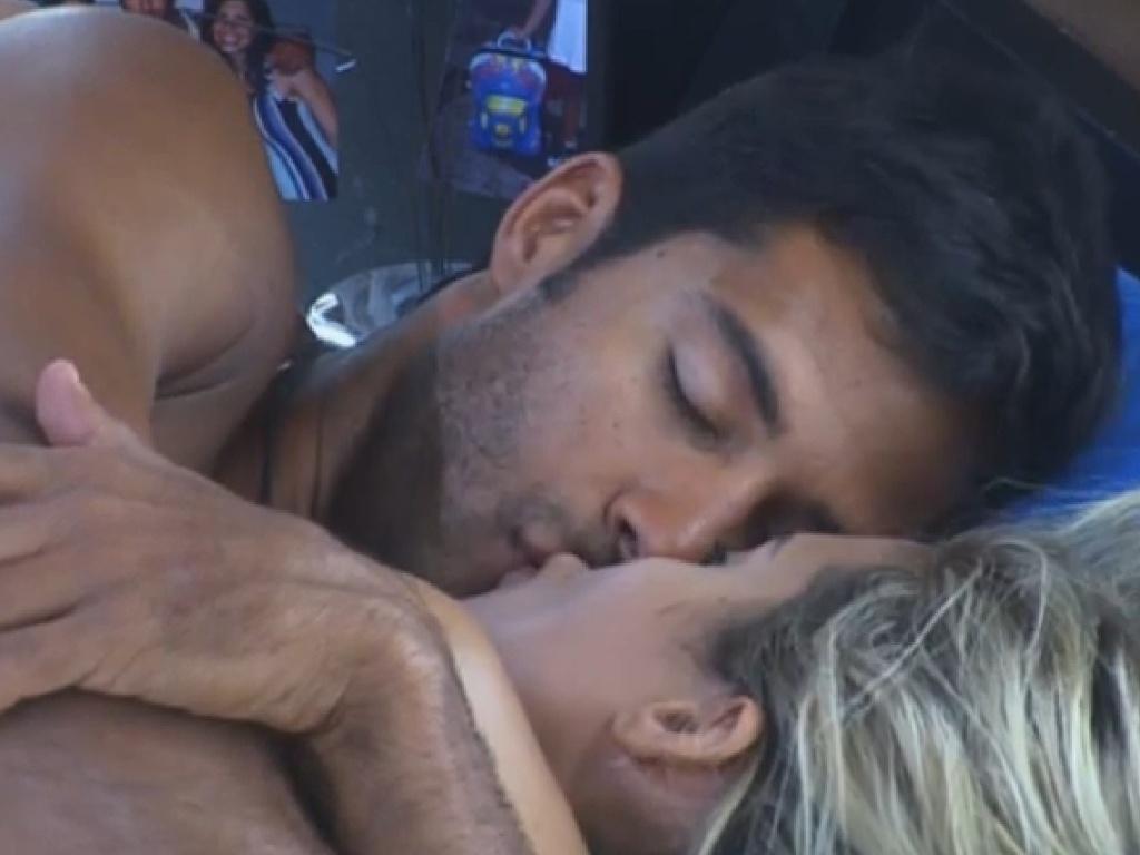 14.jul.2013 - Aryane e Beto se beijam na cama