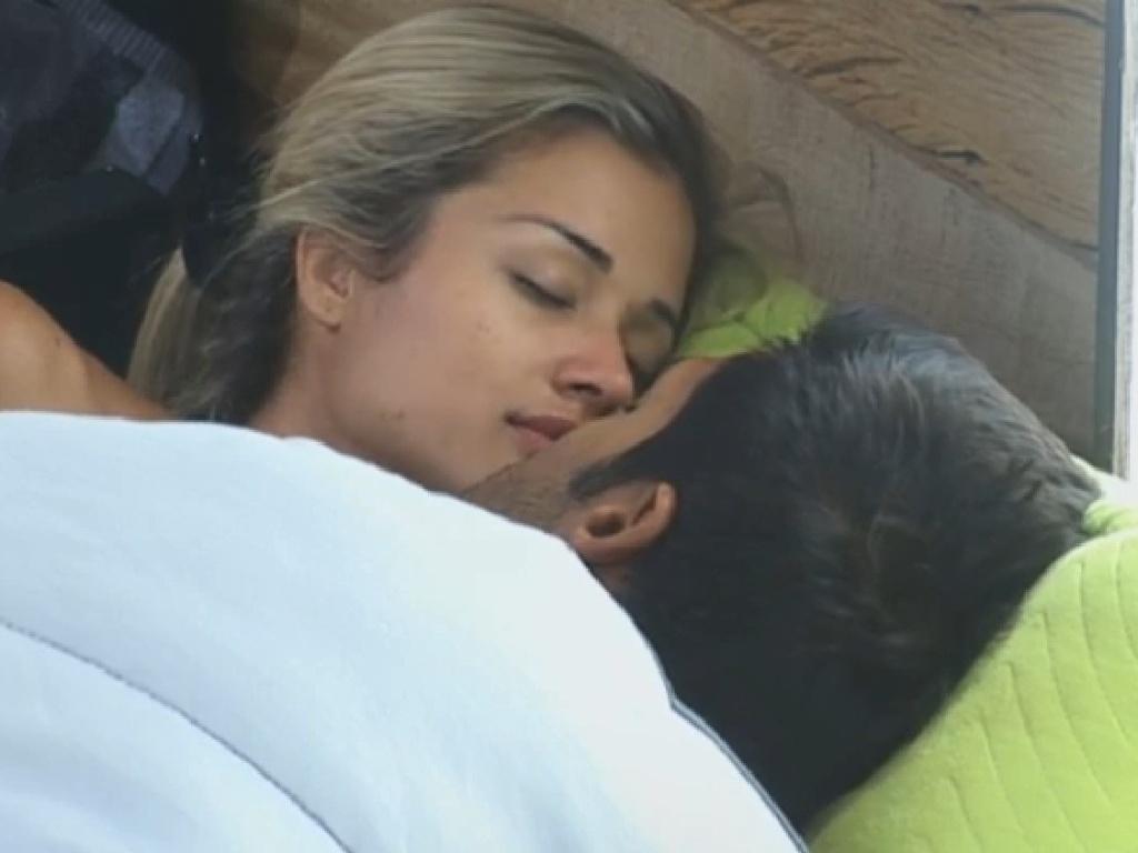 14.jul.2013 - Aryane e Beto trocam beijos apaixonados embaixo do edredom na tarde deste domingo