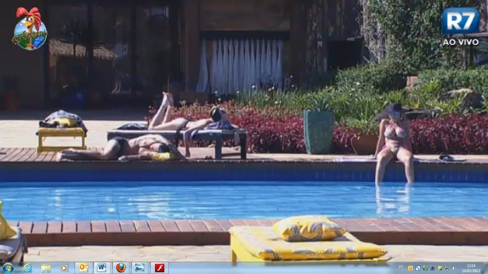 14.jul.2013 - Bárbara Evans, Mateus Verdelho e Andressa Urach ouvem da piscina conversa entre Denise e Ivo Meirelles