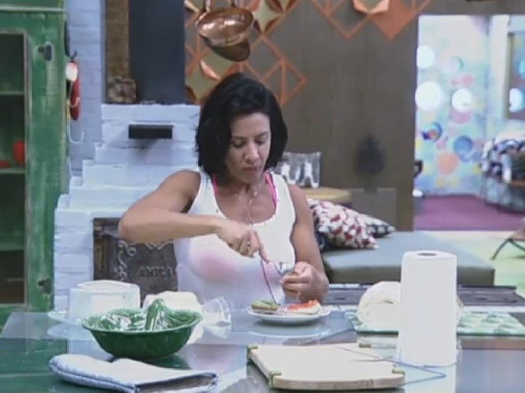 14.jul.2013 - Depois de acordar indisposta, Scheila Carvalho come frutas na manhã deste domingo