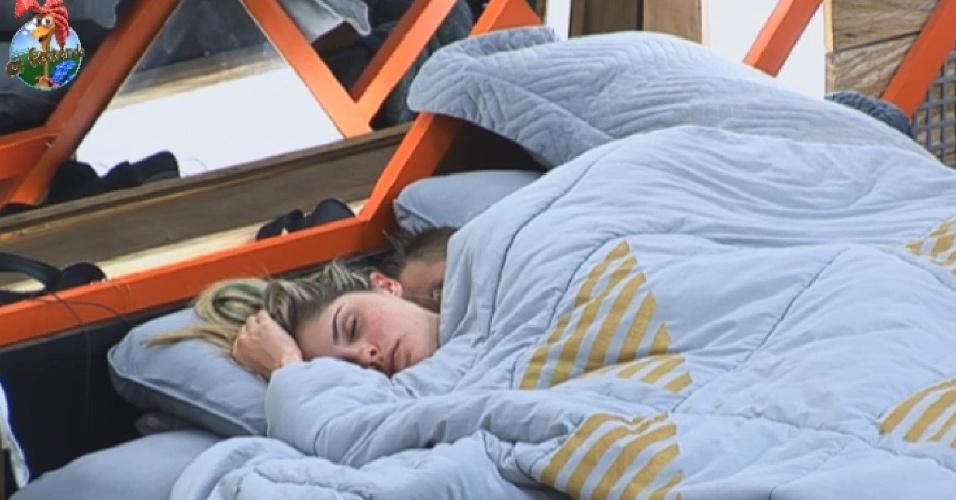 14.jul.2013 - Depois de lavar a louça, Mateus deitou na cama para tirar um cochilo ao lado de Bárbara Evans